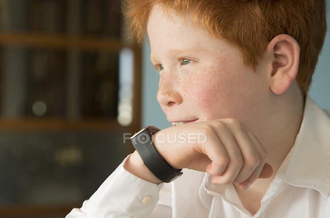 Portrait de garçon parlant dans smartwatch — Photo de stock