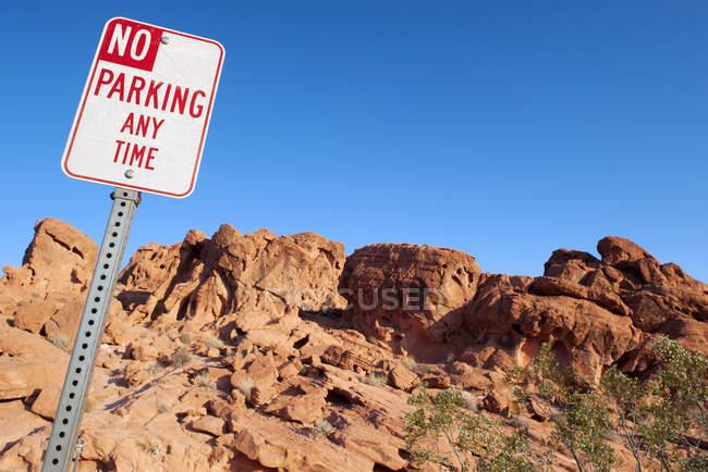 Aucun signe de stationnement dans le désert dans la journée — Photo de stock