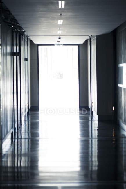 Відкритих дверей в кінці порожній передпокій — стокове фото