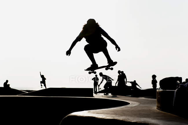 Silhouetted male skateboarder at skate park — Stock Photo