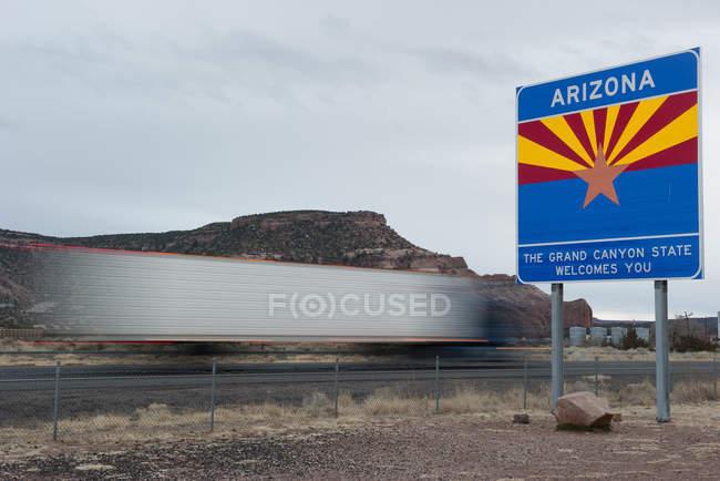 Аризона приветственный знак вдоль шоссе в Аризоне, США — стоковое фото