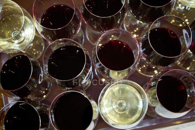 Visão aérea de copos de vinho tinto e branco — Fotografia de Stock