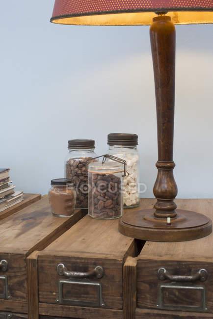 Крупним планом випічки інгредієнти в скляних банках — стокове фото