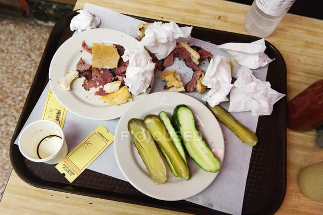Вид сверху остатки деликатесный бутерброд лоток — стоковое фото