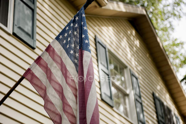 Bandiera americana su esterno della casa — Foto stock