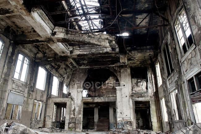 Інтер'єр покинутій будівлі знищила пожежа — стокове фото