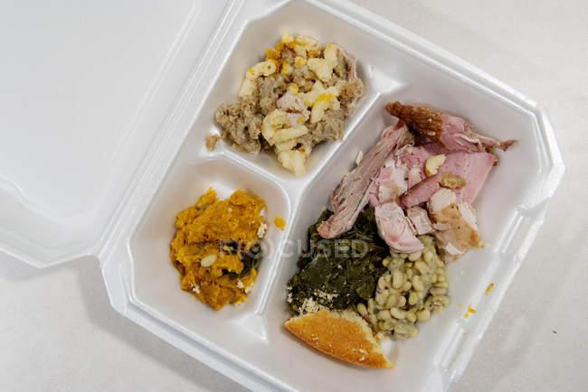 Закрытие закусочной в контейнере из полистирола — стоковое фото