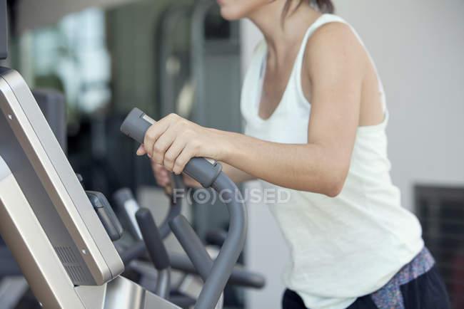 Bild der Frau mit Heimtrainer im Fitnessclub beschnitten — Stockfoto