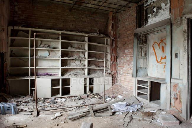 Macerie e graffiti in un edificio abbandonato in degrado — Foto stock