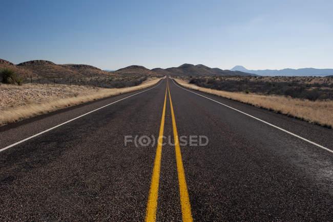 Порожній шосе через посушливій краєвид в денний час — стокове фото
