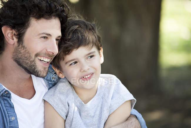 Родини з однією дитиною разом відпочинку на відкритому повітрі пікнік — стокове фото