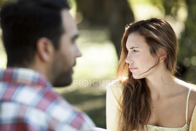Rückansicht von Mann mit denkender Frau im Freien — Stockfoto