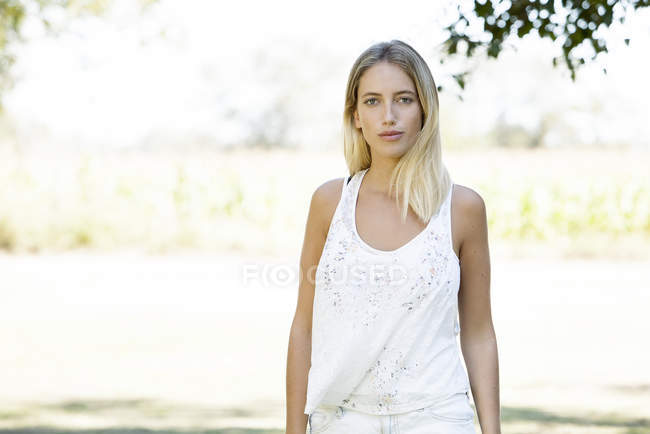 Portrait of young woman looking at the camera outdoors — Stock Photo