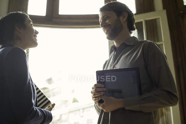 Rencontre d'un agent d'assurance avec un client éventuel à domicile — Photo de stock