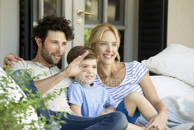 Familie mit einem Kind gemeinsam im freien Picknick entspannen — Stockfoto