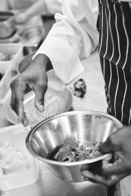 Cuoco unico che prepara il cibo nella ciotola di mescolanza — Foto stock