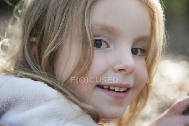 Feche o retrato de uma menina sorridente — Fotografia de Stock
