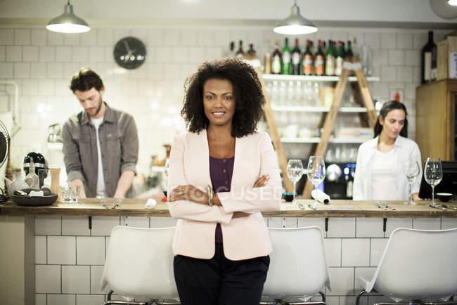 Ritratto del proprietario del caffè con colleghe sullo sfondo — Foto stock