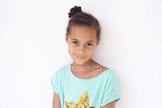 Retrato de feliz sorridente menina americana africana contra parede branca — Fotografia de Stock