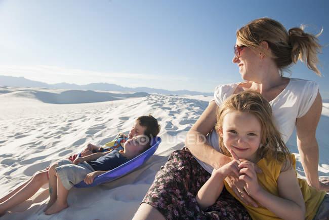 Отдых всей семьей в Национальном памятнике Уайт-Сэндс, Нью-Мексико, США — стоковое фото