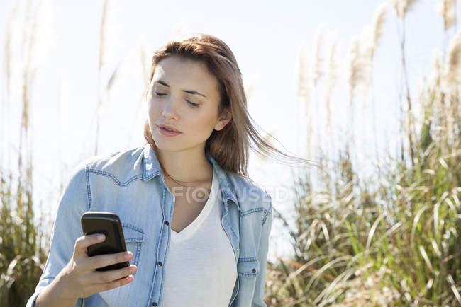 Frau nutzt Smartphone im Freien — Stockfoto