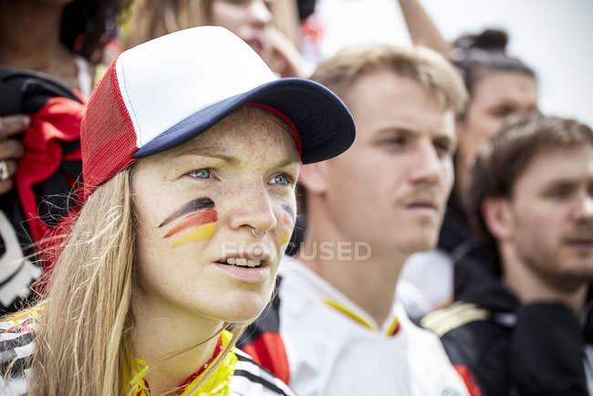 Deutsche Fußball-Anhänger in Übereinstimmung aufmerksam beobachten — Stockfoto