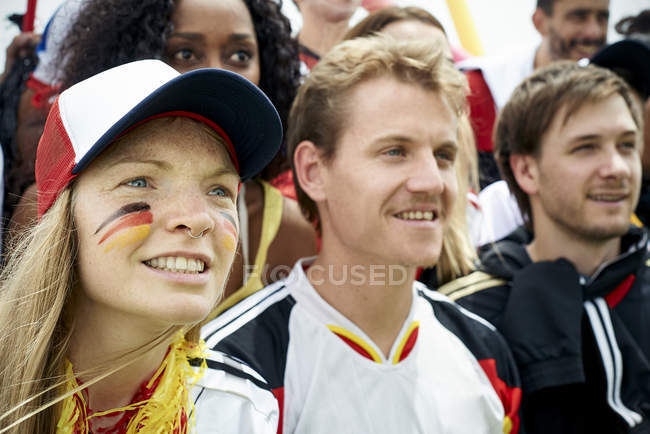 Немецких футбольных болельщиков смотреть футбольный матч — стоковое фото