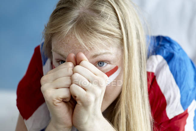 Retrato de close-up do fã de futebol inglês com as mãos no nariz — Fotografia de Stock