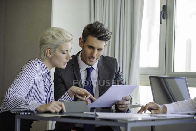 Homem e mulher, rever o documento — Fotografia de Stock