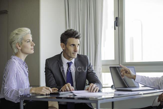 Чоловік і жінка, зустріч з зрілих бізнесмен — стокове фото