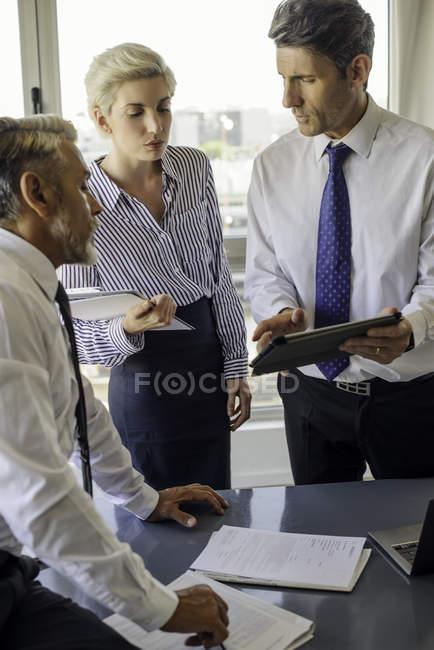 Коллег, работающих вместе в офисе — стоковое фото