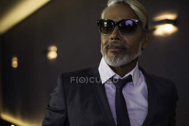 Man wearing suit and sunglasses — Stock Photo