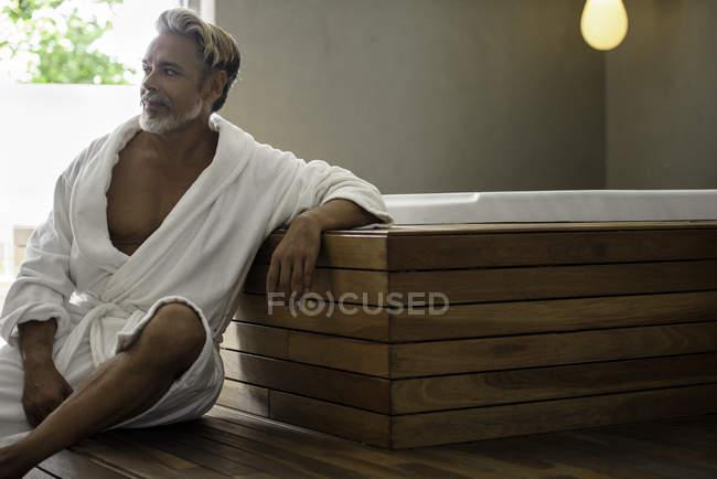 Человек в халате расслабляющей сауны — стоковое фото