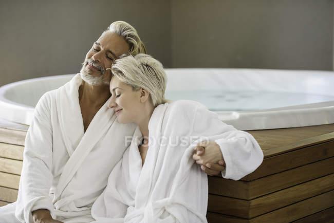 Пара в халатах, расслабляющая в спа — стоковое фото