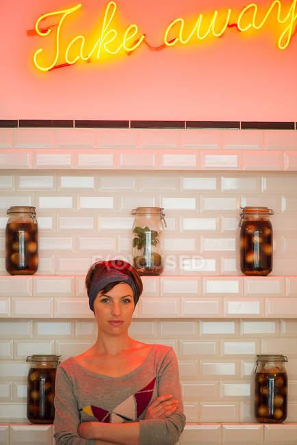 Портрет владельца кафе, стоящего на фоне белой стене с банки — стоковое фото