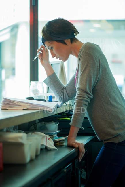Менеджер кафе оценки Финансы — стоковое фото