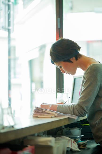 Менеджер кафе, сосредоточившись на работе — стоковое фото