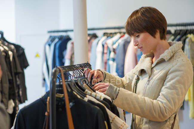 Женщина в магазине одежды — стоковое фото