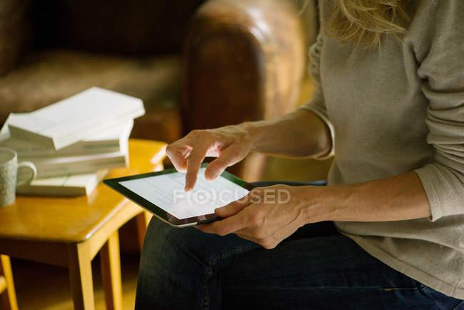 Женщина, использующая цифровой планшет у себя дома — стоковое фото