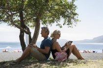 Paar mit Laptop und tablet — Stockfoto