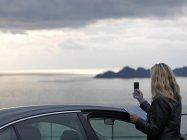 Frau, die Fotos mit Handy — Stockfoto