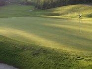 Leer-Golfplatz mit Flagge — Stockfoto