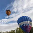 Globos voladores con cielo nublado - foto de stock