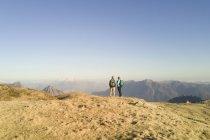 Mature couple on mountain ridge — Stock Photo