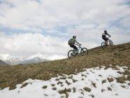 Radfahren auf Bergrücken Biker — Stockfoto