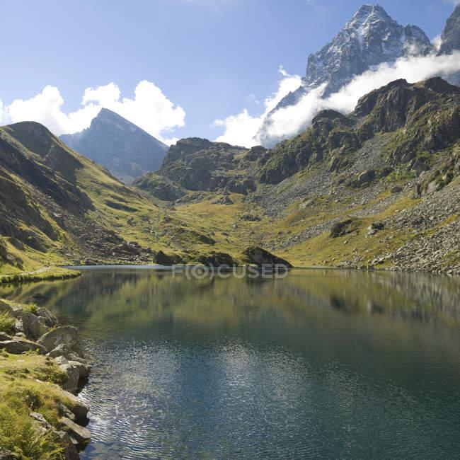 Просмотр высокогорное озеро и облака — стоковое фото