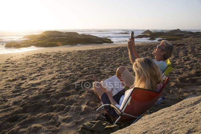 Mature couple sitting in chairs — Stock Photo