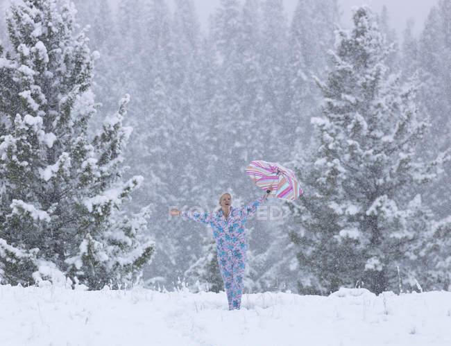 Женщина в пижаме, холдинг зонтик — стоковое фото