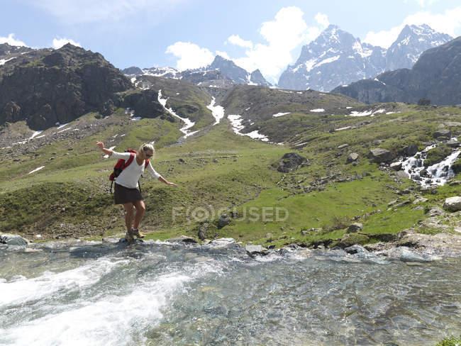 Mujer de equilibrio sobre las rocas - foto de stock