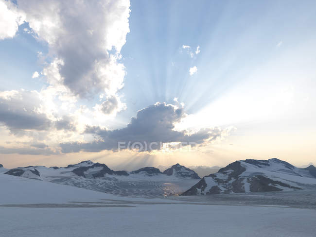 Mountainscape и солнца, охватываемым облака — стоковое фото